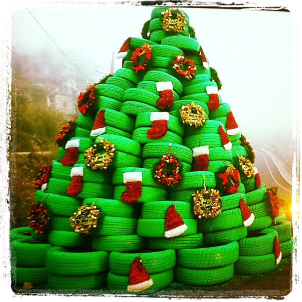A christmas tree made out of tires in bcharreh blog baladi for Snowmen made from tires